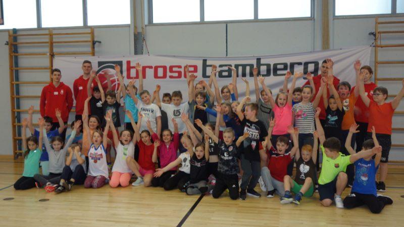 Die Brose Baskets Besuchen Die Drei-Franken-Schule In Geiselwind