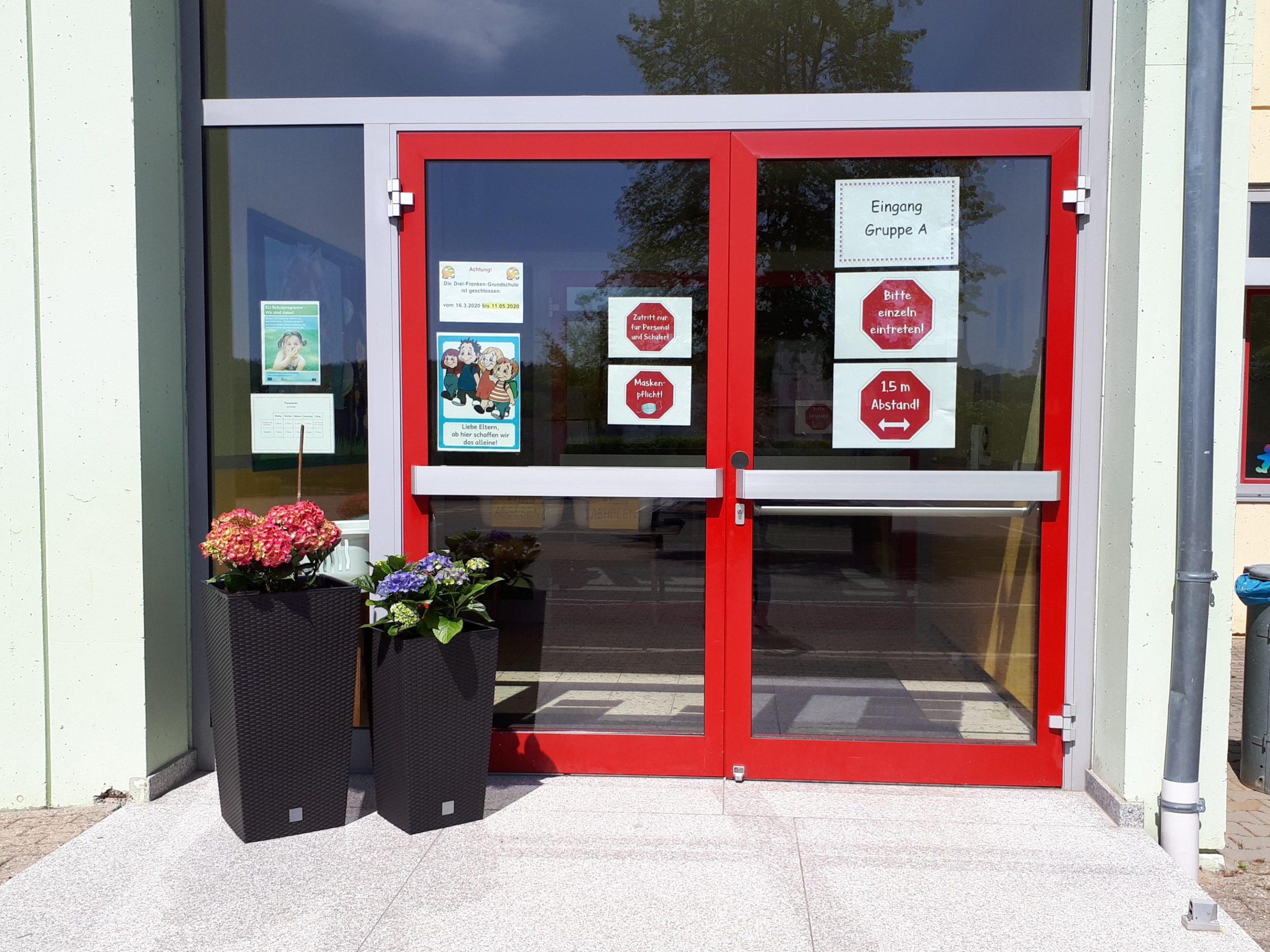 Blumen Am Eingang Der Drei-Franken-Schule