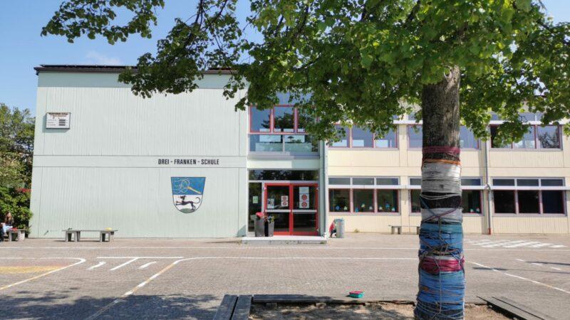 Haupteingang Der Drei-Franken-Grundschule