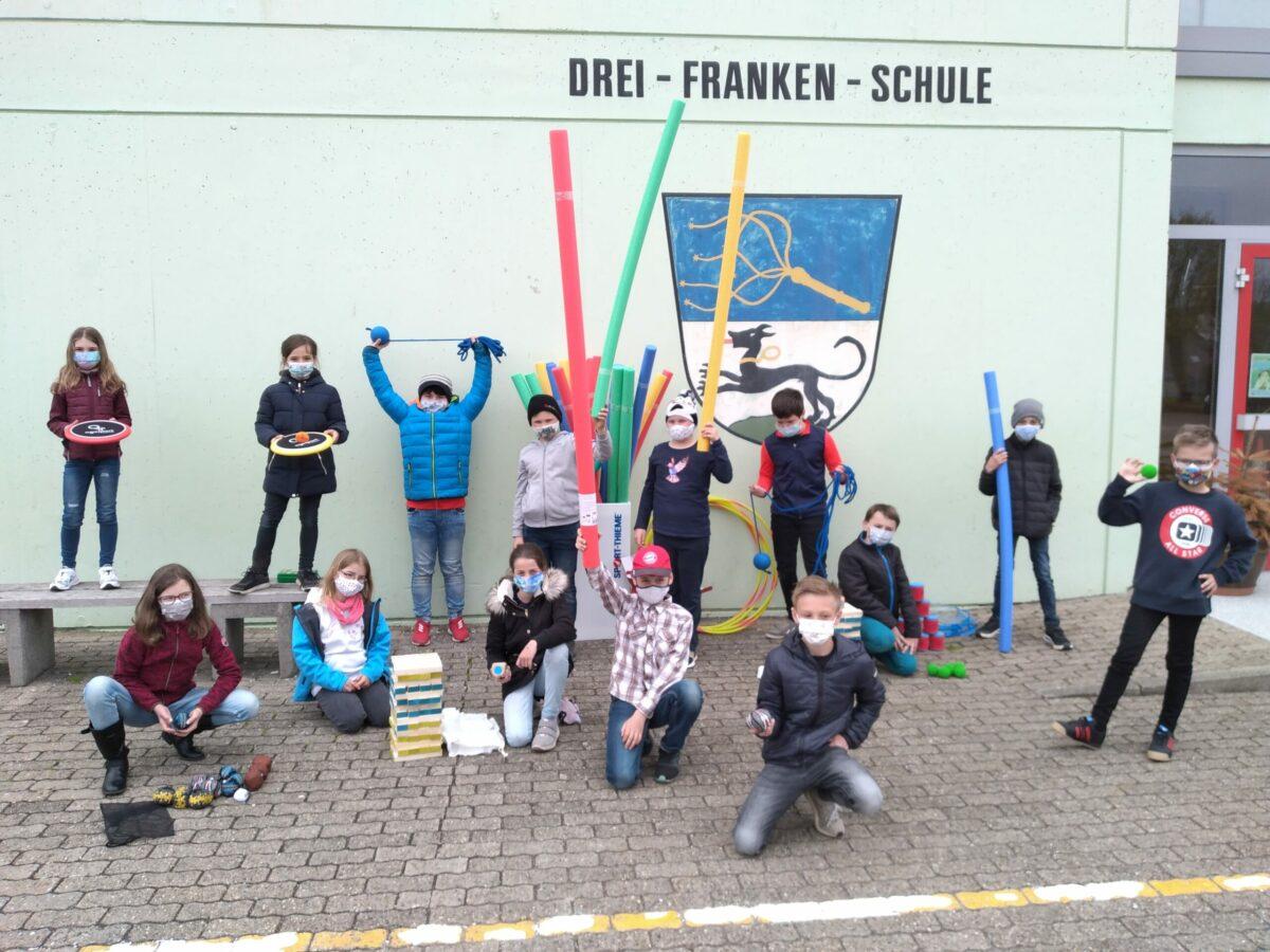 Schüler Der Drei-Franken Grundschule Geiselwind Freuen Sich über Die Neuen Spielgeräte