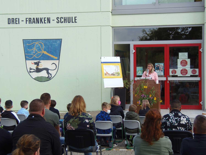 Schulleiterin Susanne Stark Begrüßt Die Eltern Und Kinder Zur Einschulung 2021